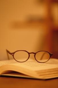 本の上の老眼鏡の写真素材 [FYI03833353]