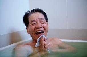 入浴する日本人中高年男性の写真素材 [FYI03833367]