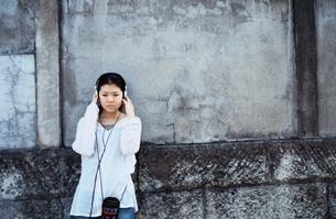 ヘッドホンを聴く日本人の女の子の写真素材 [FYI03833371]