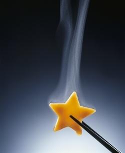 湯気と箸でつまんだ星型のにんじんの写真素材 [FYI03833373]