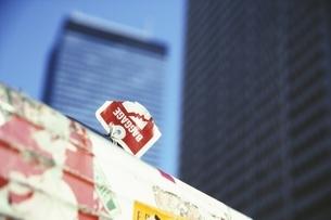 高層ビルとトランク 新宿 東京都の写真素材 [FYI03833378]