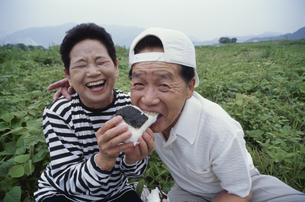 おにぎりを食べる日本人中高年夫婦の写真素材 [FYI03833398]