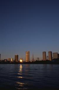 朝日が映る水面と高層ビル群   中央区 東京都の写真素材 [FYI03833461]