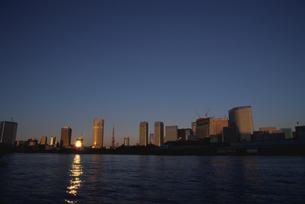 朝日の反射する水面と高層ビル群  東京都の写真素材 [FYI03833463]