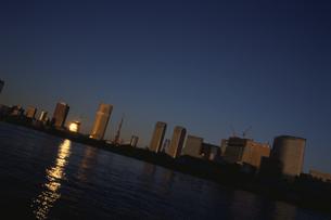 朝日の反射する水面と高層ビル群  東京都の写真素材 [FYI03833464]