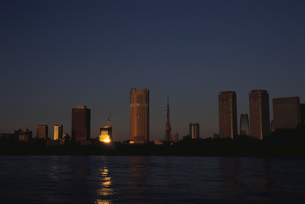 朝日の反射する水面と高層ビル群  東京都の写真素材 [FYI03833465]