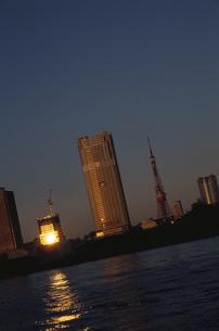 朝日が映る水面と高層ビル群   中央区 東京都の写真素材 [FYI03833466]