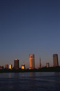 朝日の当たる高層ビル群   中央区 東京都の写真素材 [FYI03833467]