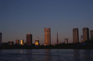朝日の反射する水面と高層ビル群  東京都の写真素材 [FYI03833468]
