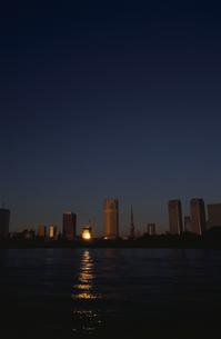 朝日が映る水面と高層ビル群   中央区 東京都の写真素材 [FYI03833469]