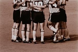 サッカーで円陣を組む選手達 セピアの写真素材 [FYI03833513]