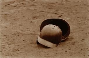 グラウンドの2個のスポーツヘルメット セピアの写真素材 [FYI03833525]