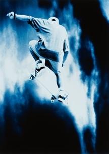 スケートボードをする男の子の写真素材 [FYI03833530]