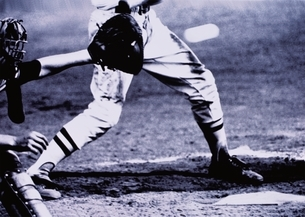 野球のキャッチャーと打者の下半身 B/Wの写真素材 [FYI03833533]
