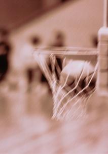 バスケットボール ゴールに入ったボールの写真素材 [FYI03833565]