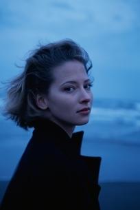 砂浜に立つ外国の女性の写真素材 [FYI03833596]