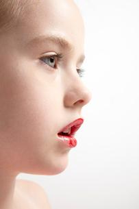 赤い口紅をつけた女の子の写真素材 [FYI03833601]