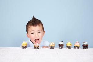 子どもとケーキの写真素材 [FYI03833603]