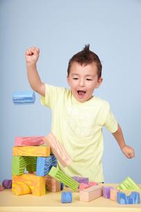 子どもと積み木の写真素材 [FYI03833609]