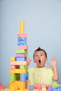 子どもと積み木の写真素材 [FYI03833610]