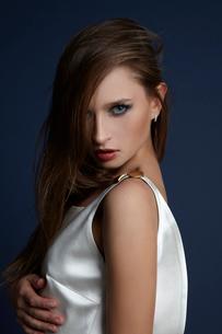 スタジオで白いドレスを着た外国人女性の写真素材 [FYI03833613]