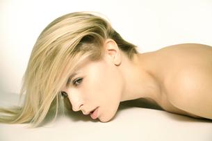 白人ブロンド女性のポートレートの写真素材 [FYI03833615]