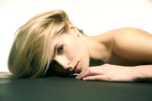 白人ブロンド女性のポートレートの写真素材 [FYI03833616]