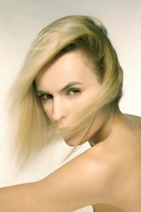 白人ブロンド女性のポートレートの写真素材 [FYI03833618]