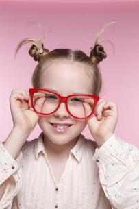 赤いメガネとブロンド少女の写真素材 [FYI03833625]