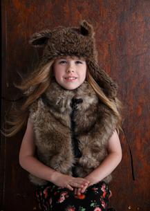 帽子をかぶったブロンド少女の写真素材 [FYI03833628]