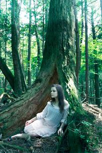 森の中の女性の写真素材 [FYI03833631]