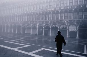 コートを着た男性の後姿 B/W ベニス イタリアの写真素材 [FYI03833635]