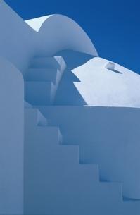 青空と白壁の建物 ギリシャの写真素材 [FYI03833641]