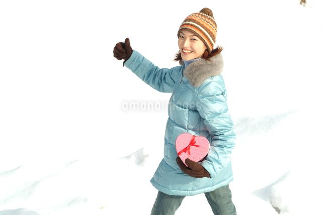 雪と女性 バレンタインイメージの写真素材 [FYI03833881]