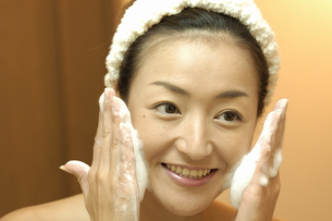 洗顔をする女性の写真素材 [FYI03833945]