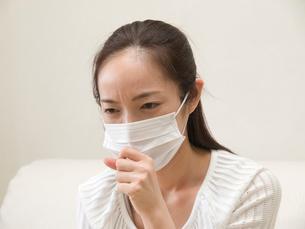 マスクをして咳をする女性の写真素材 [FYI03834260]