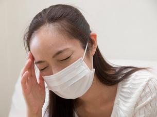 マスクをする女性の写真素材 [FYI03834263]