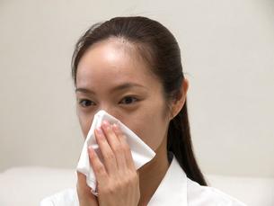 鼻をかむ女性の写真素材 [FYI03834266]