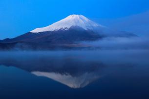 朝もやの山中湖と富士山の写真素材 [FYI03834339]