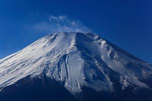 青空と冬の富士山の写真素材 [FYI03834346]