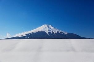 冬の富士山の写真素材 [FYI03834382]