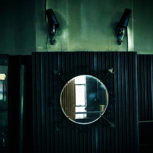 喫茶店内の鏡の写真素材 [FYI03834401]