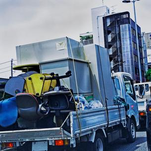 オフィス用ロッカー、椅子を運ぶトラックの写真素材 [FYI03834404]