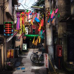 路地の七夕飾りの写真素材 [FYI03834421]