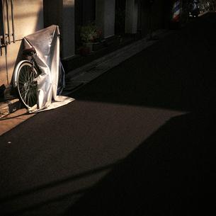 路地裏の自転車の写真素材 [FYI03834438]