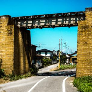 鉄橋とレンガ造りの橋脚の写真素材 [FYI03834449]