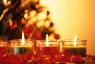 火を灯す3個のクリスマスキャンドルの写真素材 [FYI03834538]