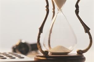 砂時計と時計と電卓の写真素材 [FYI03834540]