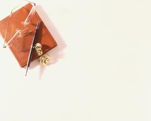 アドレス帳と眼鏡とボールペンとイヤリングの写真素材 [FYI03834549]