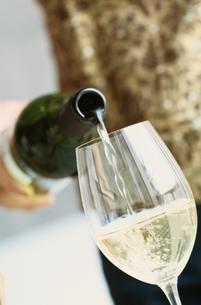 白ワインを注ぐの写真素材 [FYI03834662]